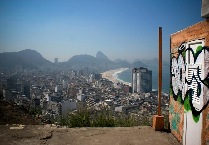 Does_Favela Copacabana,RioDeJaneiro,Brazil_2013-lr